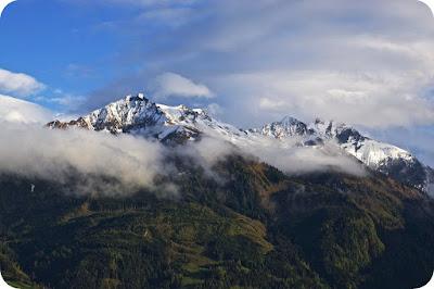 Gunung adalah suatu daratan yang memiliki perbedaan ketinggian yang sangat berbeda dibandingkan dengan daratan lain yang berada disekitarnya. Suatu daratan bisa dikatakan sebagai gunung jika memiliki ketinggian 2000 kaki atau sekitar 610 mdpl. Proses pembentukan gunung berkaitan dengan pergerakan lempeng bumi atau yang kerap disebut sebagai proses tektonik.  Gaya Dalam Pembentukan Gunung (Orogenesis dan Epirogenesis)  Ada 2 gaya tektonik yang berperan dalam terciptanya sebuah gunung yaitu orogenesis dan epirogenesis. Dalam orogenesis, pembentukan gunung terjadi karena adanya perubahan bentuk lapisan sedimen yang telah terkumpul sebelumnya akibat mendapatkan tekanan dari tumbukan lempeng tektonik. Ada 3 macam tumbukan lempeng tektonik yaitu : Tumbukan antara lempeng busur kepulauan dan benua Tumbukan anatara benua dan benua Tumbukan anatara lautan dengan benua  Tumbukan yang terjadi antara lempeng laut dan benua mengakibatkan terjadinya deposit sedimen disisi laut relatif terhadap tepi lempeng benua.   Jika terjadi tumbukan antara lepmpeng kepulauan dengan benua, maka lempeng lautan akan bergerak menuju lapisan asthenosfir serta mengakibatkan batuan sedimen dan vulkanik menumpuk di sisi benua. Pembentukan gunung semacam ini terjadi pada pegunungan Sierra Nevada di California, Amerika Serikat.  Sementara itu, proses pembentukan gunung yang melibatkan tumbukan antara lempeng benua dengan benua terjadi pada pembentukan pegunungan Ural dan Himalaya. Tumbukan ini mengakibatkan terbentuknya pegunungan yang tingga dan panjang.