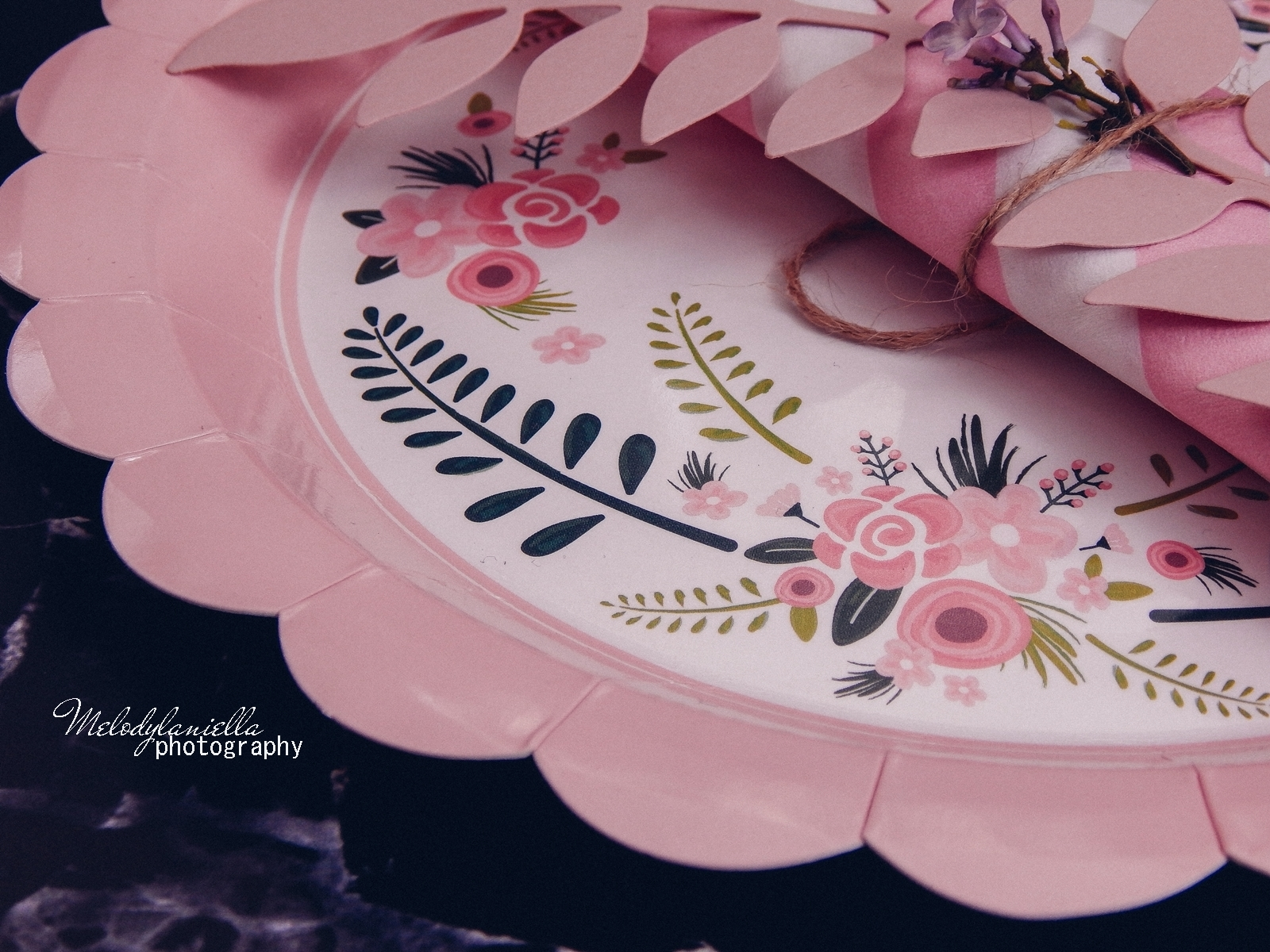 12 partybox.pl imprezu urodziny stroje dodatki na imprezę dekoracje nakrycia akcesoria imprezowe jak udekorować stół na dzień mamy pomysły na dzień matki kwiaty na stole talerze