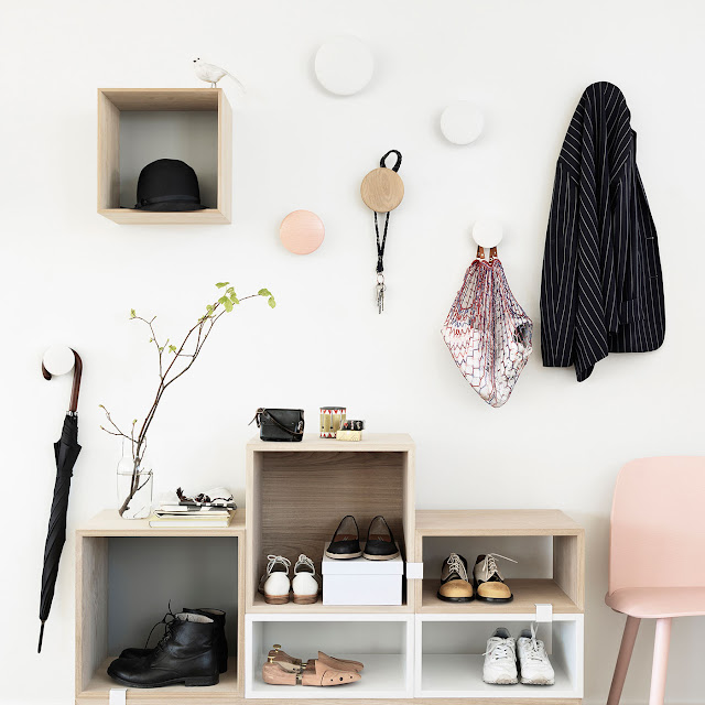 Foto: Muuto Stacked Regalsystem und Muuto The Dots Wandhaken