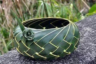 Membuat anyaman dari janur / daun kelapa | Kumpulan Kreasi ...
