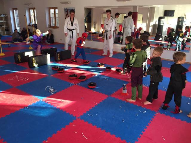 Trainer und Kinder der Taekwondo Schule