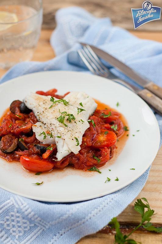 Ryba w sosie pomidorowym z oliwkami