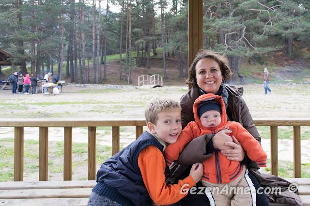 Abant gölünde ailecek vakit geçirip eğlenirken