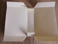piega i bordi del cartoncino per creare il sacchetto di natale