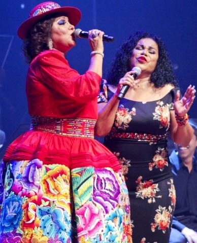 Foto de Amanda Portales cantando con colega
