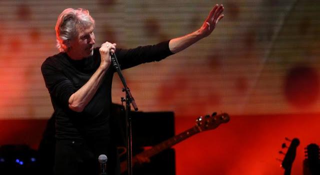 """Roger Waters, David Gilmour e Nick Mason são os membros ainda vivos e em relativa actividade dos Pink Floyd. A última vez que tocaram juntos foi em 2011, na O2 Arena de Londres. Cinco anos depois, poderemos estar prestes a vê-los de novo. E porquê? Pela causa palestiniana.  A história começou há pouco menos de um mês, a 14 de setembro, quando uma flotilha composta por mulheres zarpou de Barcelona, em Espanha, rumo à Faixa de Gaza, em mais uma iniciativa da Coligação Internacional da Flotilha da Liberdade.  A campanha """"Mulheres Rumo a Gaza"""" procurava – como outras já o tentarem com resultados trágicos – levar ajuda humanitária aos palestinianos e romper o bloqueio israelita à Faixa de Gaza de há mais de uma década. A bordo estavam 13 mulheres, incluindo a Nobel da Paz Mairead Maguire, quando esta quarta-feira foram interceptadas pela Marinha de Israel."""