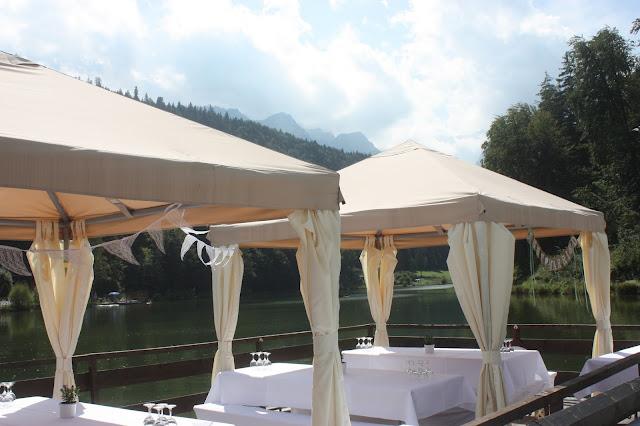 Flossfahrt Rundfahrt auf dem See Heiraten in Bayern, Hochzeit in den Bergen von Garmisch-Partenkirchen, Riessersee Hotel - getting married in Bavaria, Bavarian style wedding, dunkelblau und bunte Wiesenblumen