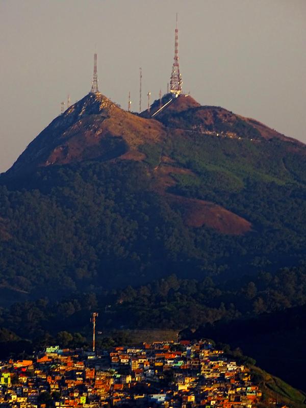 O Pico do Papagaio à esquerda  e o Pico do Jaraguá à direita.  Foto: Marinaldo Gomes Pedrosa.
