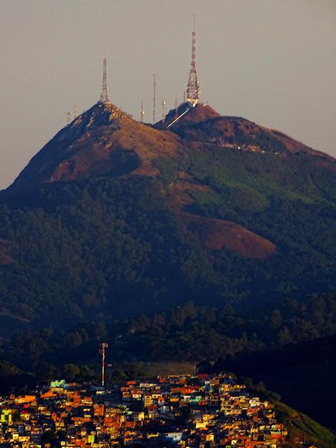 Os dois picos do bairro Jaraguá fotografados a partir da cidade de Caieiras. Na imagem, à esquerda, você vê o Pico do Papagaio e, à direita, o Pico do Jaraguá.
