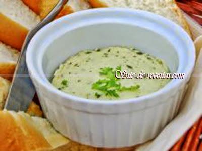 Manteiga temperada com mostarda e salsa