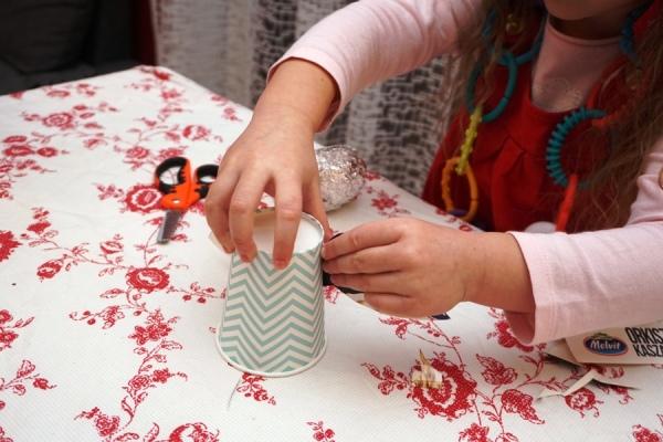 Dzieciaki robią diy aniołki na choinkę z papierowych kubeczków i mnóstwem brokatu, ozdoby choinkowe wykonywane przez przedszkolaki