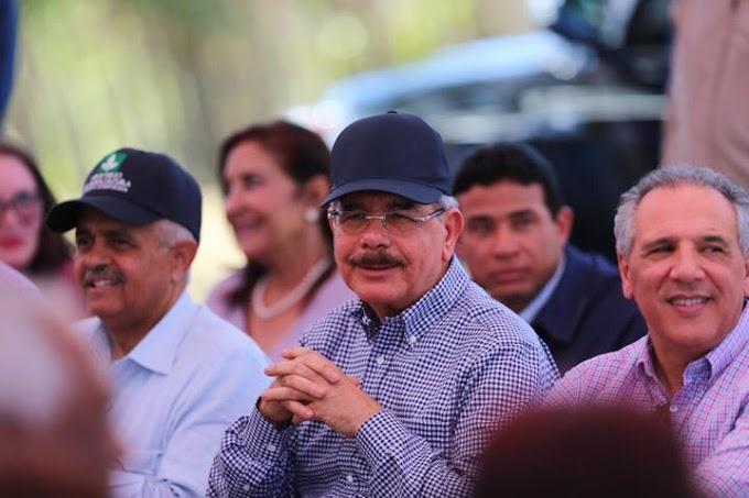 En Montecristi, Danilo fomenta siembra arroz ecológico para aumentar ingresos parceleros y dispone construcción dos acueductos