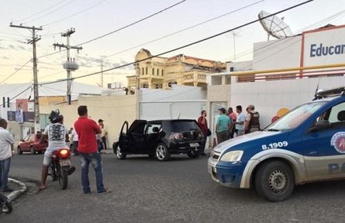Homem é baleado dentro de carro no centro de Jequié