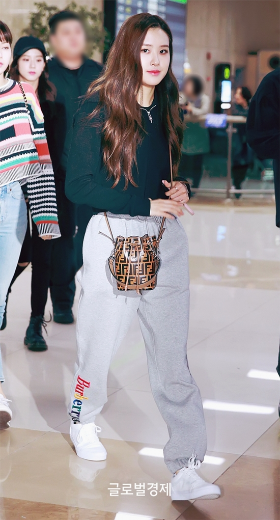 59344 54137 1549 - Blackpink Rose Airport Style