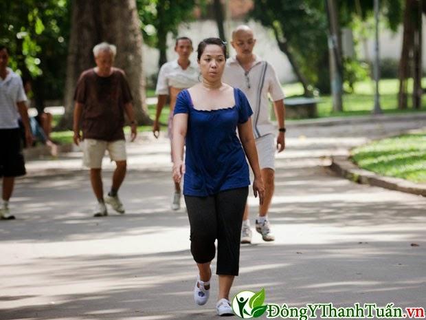 Cách làm giảm đau lưng - Đi bộ
