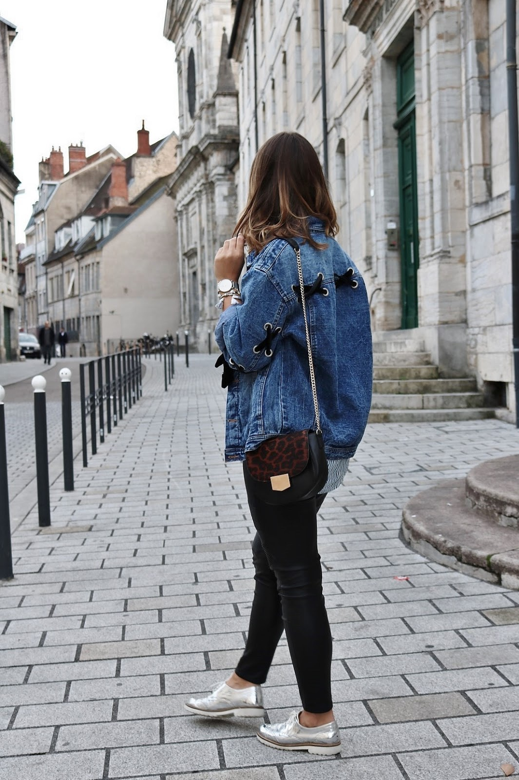 pauline-dress-tenue-look-besancon-veste-denim-lace-up-noir-tregging-chemise-rayee-sac-leo-plan-pied-plain