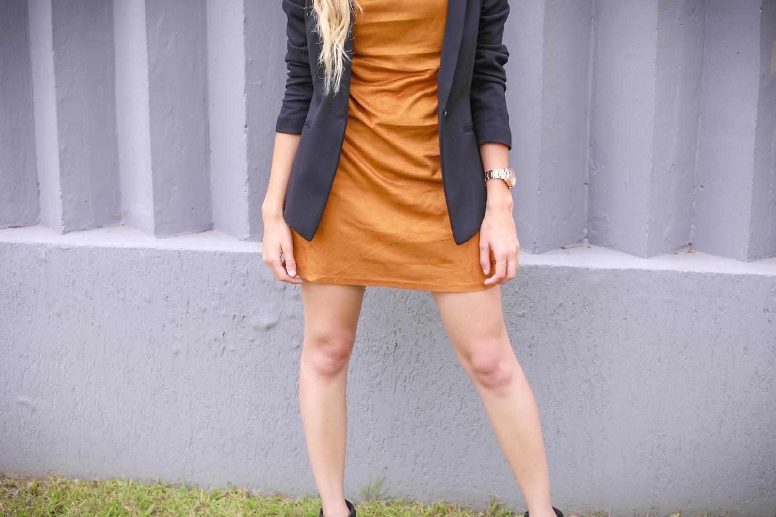 Look vestido caramelo e blazer preto
