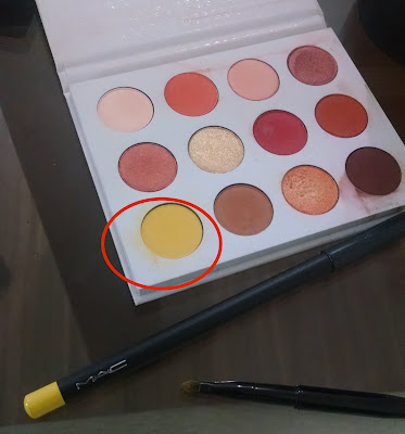 Sombra amarela da paleta Yes,Please da Colourpop e lápis delineador Primary Yellow da MAC