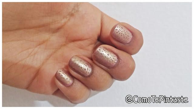 esmalte con dibujos dorados nail art