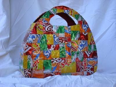 Bolsa hecha con latas recicladas