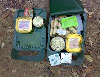Bir çanta içindeki çeşitli konserve gıdalar ve bisküvilerden oluşan bir asker kumanyası