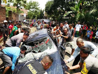 Mobil Pelaku Dirusak Massa, Pencuri Diamankan Polisi