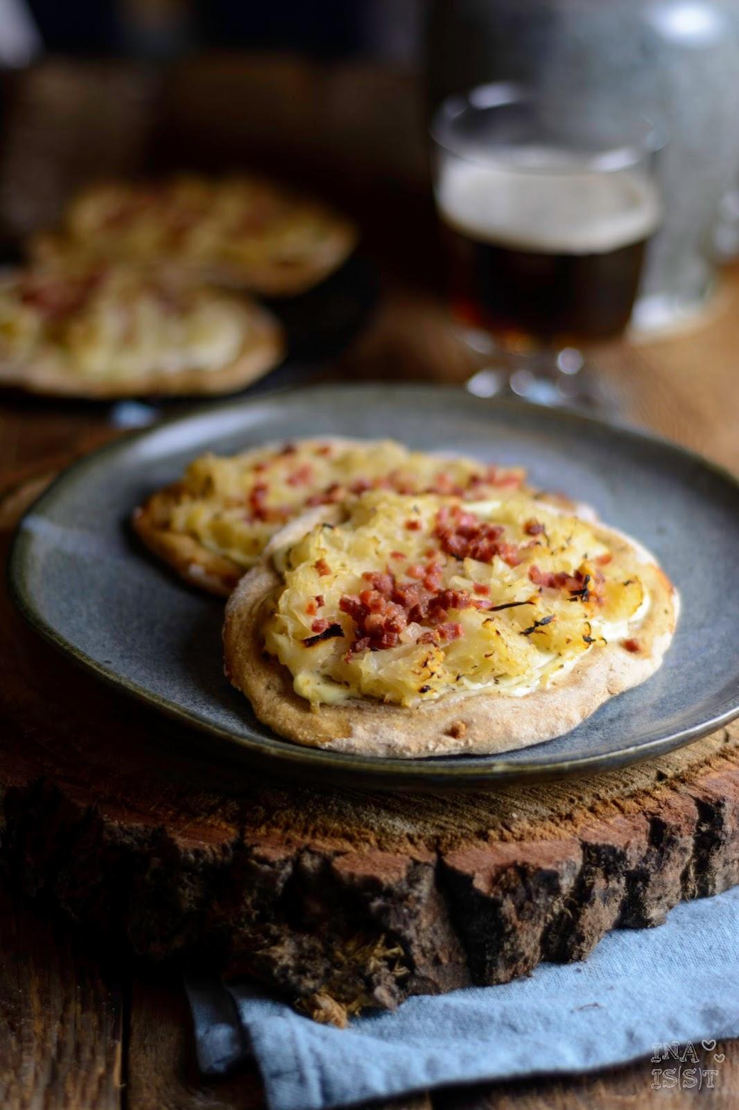 Roggenbrot-Fladen mit Sauerkraut, Schmand und Schinkenwürfel, Rezept Brotfladen, Ina Is(s)t