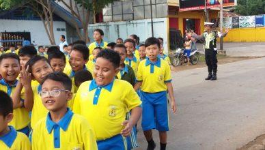 Polisi Berikan Pelayanan kepada Anak-anak SD Budi Mulya Merauke