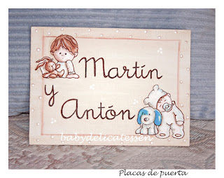 placa de puerta infantil  tablilla hemanitos babydelicatessen