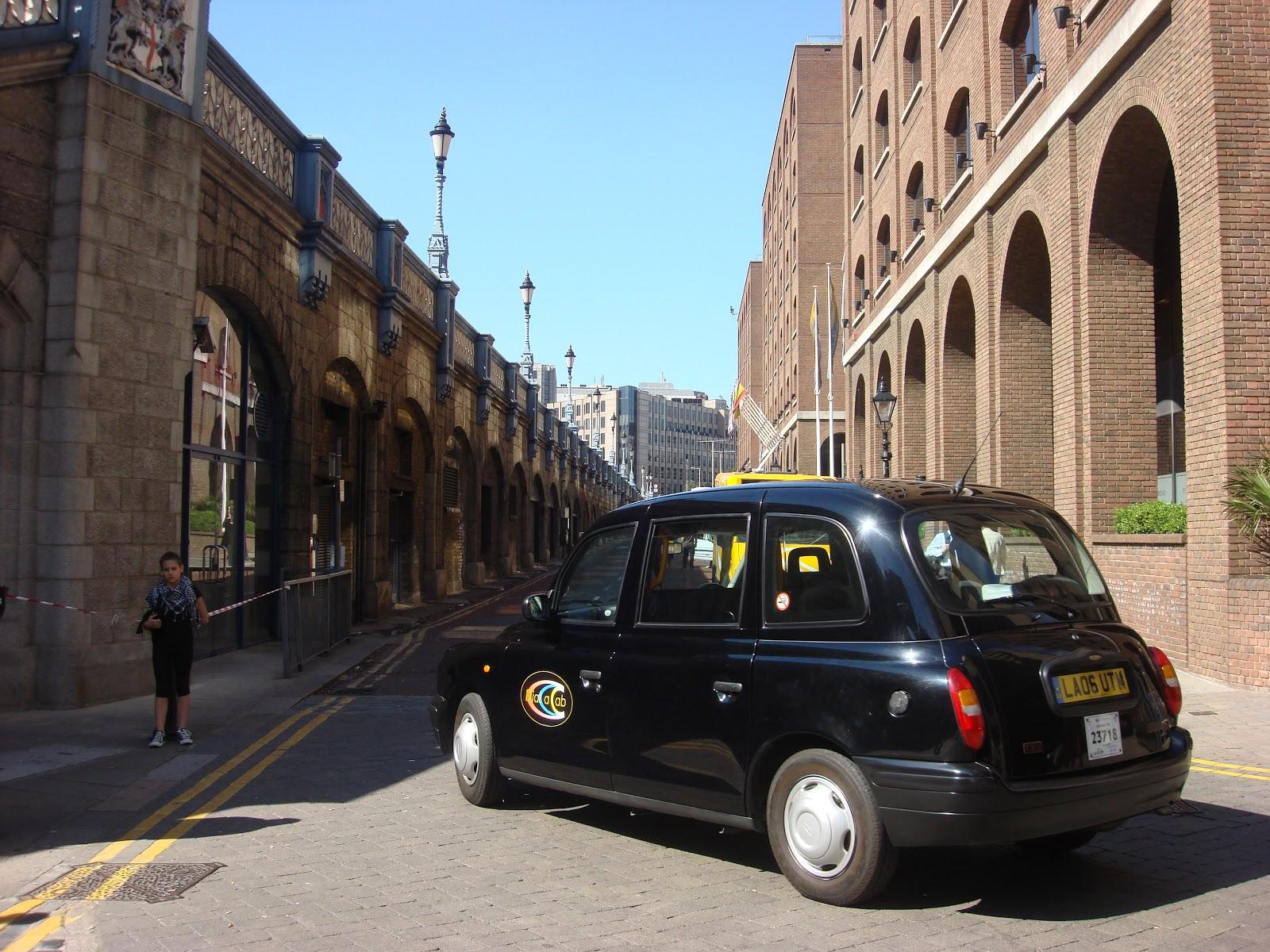 ロンドン市街のブラックキャブの左後方の車体