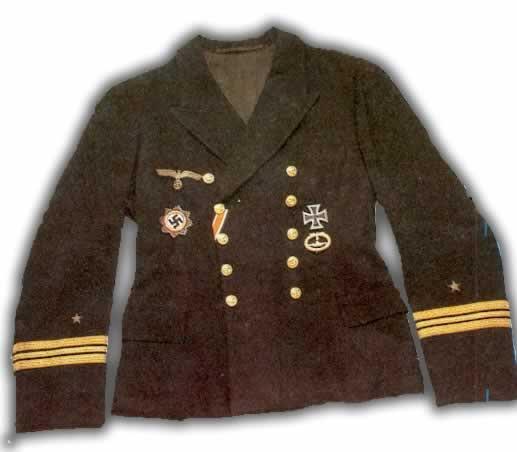 ... comandante) mostrando la Orden de la Cruz Alemana (izda.) y la Cruz de  Hierro de Primera Clase (dcha.) sobre ta insignia del Cuerpo de Submarinos. df19d0fea65