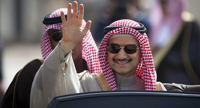 """واحتجزت المملكة العربية السعودية الأمير الوليد بن طلال، مطلع نوفمبر/تشرين الثاني الماضي، ضمن حملة مكافحة الفساد، التي طالت نحو 200 أمير ومسؤول في البلاد.  ويعتبر سجن الحائر، هو أكبر سجون السعودية وأكثرها تحصينا، حيث يخضع لرقابة أمنية مشددة، ويقع على بعد 40 كم جنوب العاصمة الرياض، كما صنف، بحسب تقارير عالمية، على أنه من أخطر السجون في الشرق الأوسط ومن بين أخطر 10 سجون في العالم، وبحسب التقارير فمعظم سجنائه مدانون في قضايا إرهاب، ومن ضمنهم من نفذوا هجمات لتنظيم القاعدة داخل السعودية ومدانون من تنظيم """"داعش"""" الإرهابي.  وقبل نحو شهر، أفادت صحيفة """"فاينانشال تايمز"""" البريطانية، بأن الأمير السعودي الوليد بن طلال تجاهل التسوية التي طرحتها السلطات السعودية، بحسب ما نقلته الصحيفة عن مصادر وصفتها بأنها """"مطلعة على تحقيقات قضايا الفساد""""، التي تجريها السلطات في المملكة.  وقالت الصحيفة إن الحكومة السعودية تستهدف جمع 100 مليار دولار من خلال التسوية مع الأمراء، التي تساوي حجم ديون المملكة، إلا أن مصادر مطلعة على سير التحقيقات علمت أن الأمير الوليد بن طلال تجاهل التسوية ويعتزم مواجهة مصيره بخوض الإجراءات القانونية والدفاع عن نفسه ضد الاتهامات الموجهة إليه، حتى إنه قام بتوكيل محامين لتلك المهمة.  وأثار توقيف رجل الأعمال البارز، الأمير الوليد بن طلال، بتهم تتعلق بالفساد في السعودية، ردود أفعال واسعة في أسواق المال والأعمال، لما يمتلكة الأمير الملياردير من نفوذ اقتصادي واسع، وثار الجدل عن مصير استثماراته في السعودية وخارجها."""