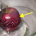 Él puso agua hirviendo sobre varias manzanas . Observen lo que apareció sobre la cáscara… ¡CUIDADO!