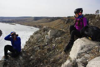 Велосипедисты на скале