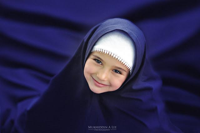 DEWI: Perempuan Yang Selalu Tersenyum
