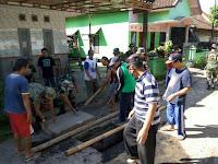 Perbaiki Fasum, Menarmed 1 Kostrad Kerja Bakti Bersama Warga Buring