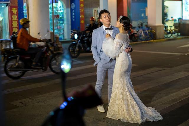 Молодята на весільній фотосесії