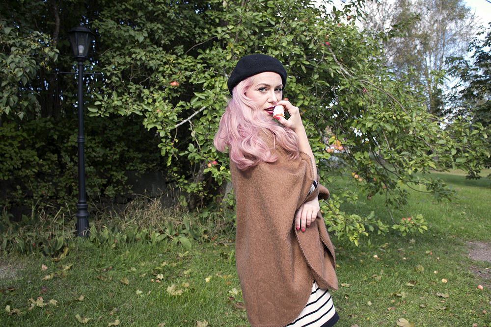 APPLES, THE BLACK BERET AND THE PONCHO