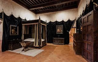 Sobrecogedora austeridad de los aposentos de Carlos I en el monasterio de Yuste. Aprovechamos para recomendar la visita a esta comarca cacereña,