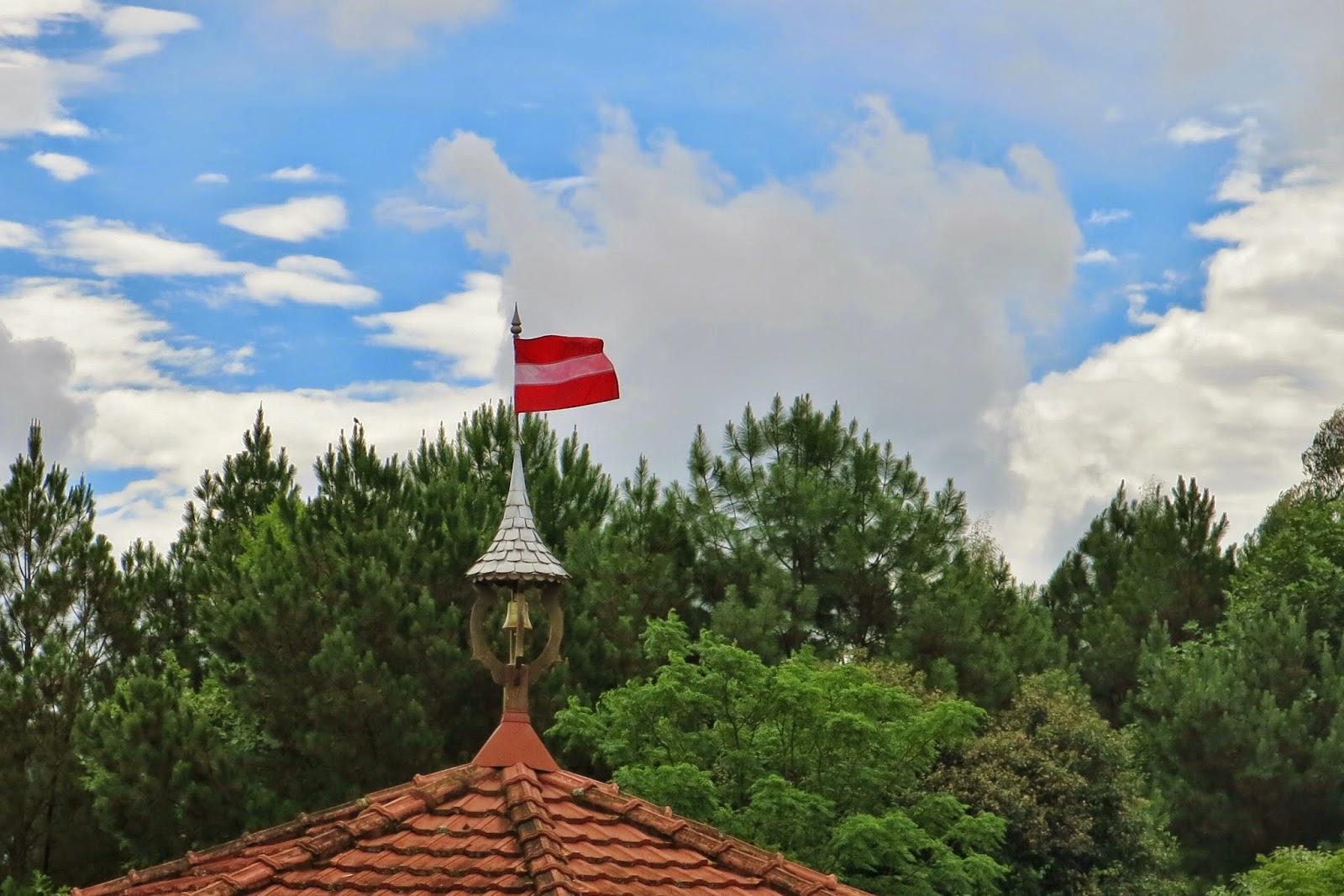 Bandeira da Áustria, no Parque Lindendorf, em Treze Tílias