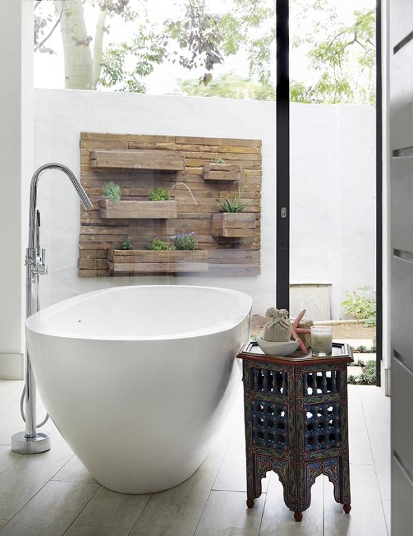 bañera exenta con vistas a la terraza chicanddeco