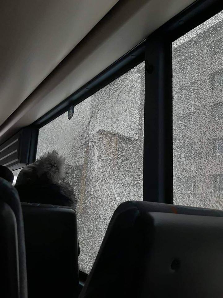 Gaisa ieroča raidītā lode izsitusi autobusa stiklu blakus pasažierim
