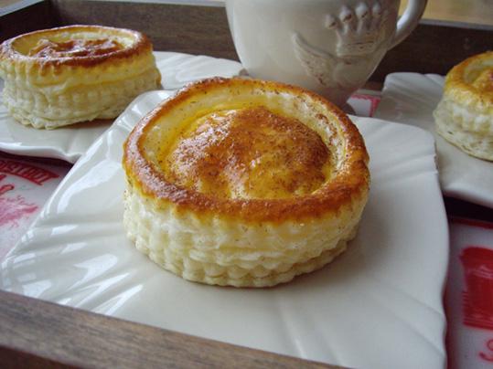hojaldre relleno de crema y manzana