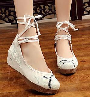 Model flat bertali untuk sepatu wanita ber kaki besar