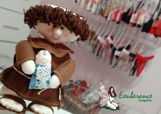 Santo Antonio na loja Exuberance Lingerie ao fundo lingeries