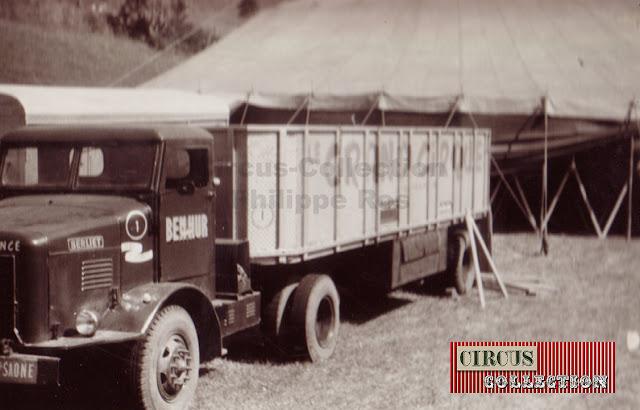 les camions sont placé le cul contre la tente du cirque pour être plus facilement chargé et déchargé