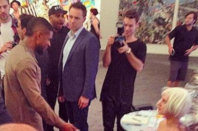 Usher Kunjungi Pengisian Baterai Ponsel Tercanggih di Dunia