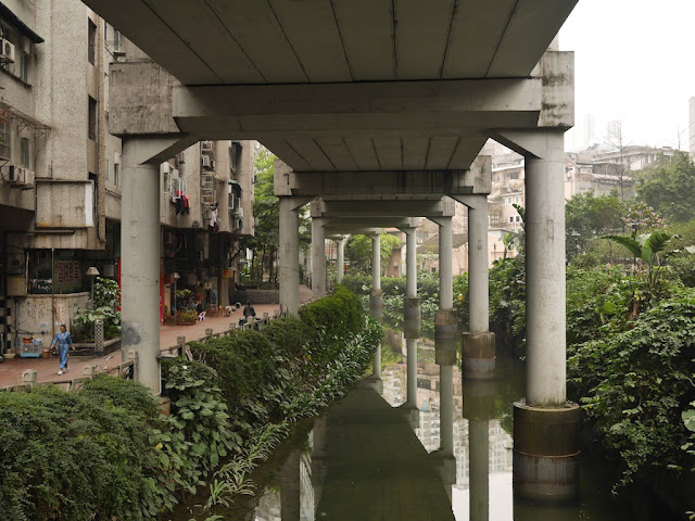 view from Donghua West Road facing southward under the Donghaoyong Elevated Road (东濠涌高架路)