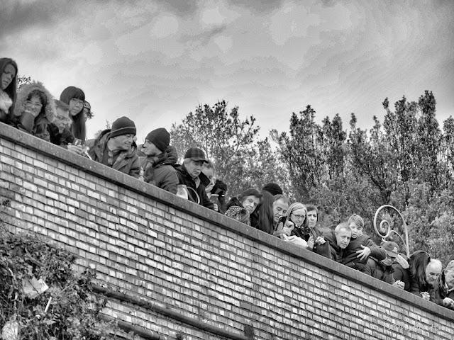 Janiculum - Vizitatori în asteptarea ... salvei de tun de la ora 12:00 - blog Foto-Ideea