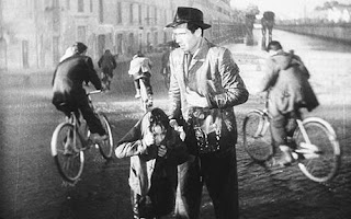 bicycle thieves, father and the son get wet in rain, directed by vittorio de sica